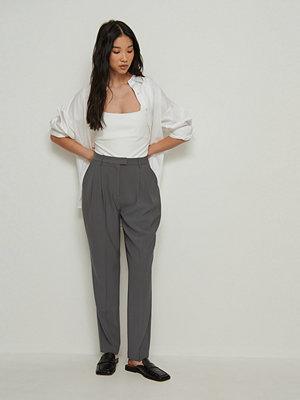 NA-KD Classic mörkgrå byxor Återvunnen croppad kostymbyxa med hög midja grå