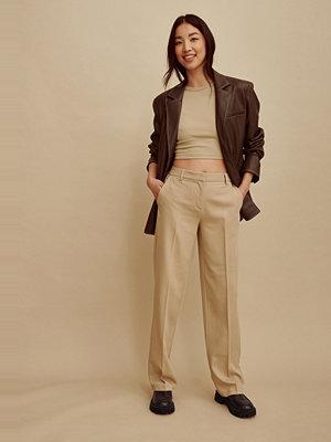 Amalie Star x NA-KD Recycled kostymbyxor med medelhög midja beige omönstrade
