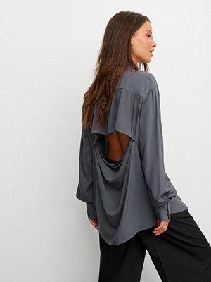 Claire Rose x NA-KD Skjorta Med Öppen Detalj Bak grå