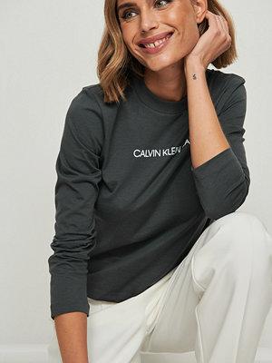 Calvin Klein Shrunken Institutional t-shirt med logga grå