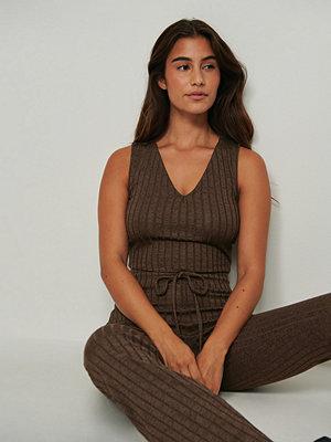 NA-KD Trend Ribbstickat linne brun