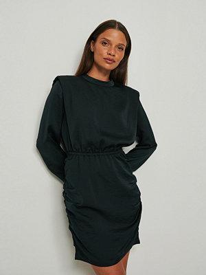 NA-KD Trend Miniklänning med dragsko och vadderad axel svart