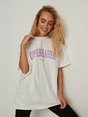 NA-KD Trend Ekologisk oversize t-shirt med city tryck offvit
