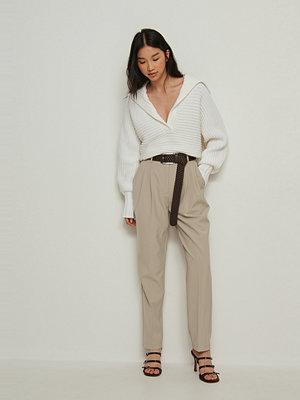 NA-KD Classic omönstrade byxor Återvunnen croppad kostymbyxa med hög midja beige