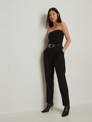 NA-KD Classic svarta byxor Återvunnen croppad kostymbyxa med hög midja svart