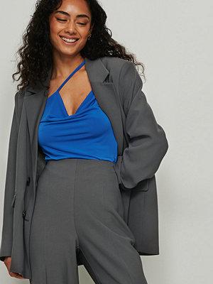 NA-KD Trend Assymetrisk topp med drapering blå