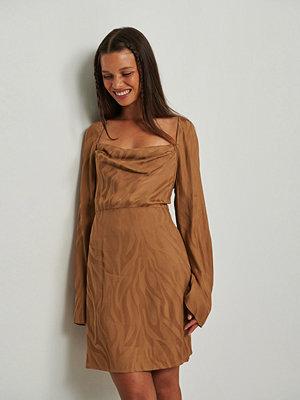 NA-KD Trend Zebraklänning i jacquard med sjalkrage brun