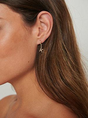 NA-KD Accessories smycke Återvunna hängade bokstav hoops guld