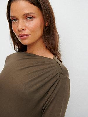 Claire Rose x NA-KD Draperad Tröja brun