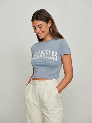 NA-KD T-shirt med city tryck blå
