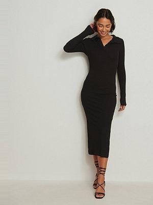 NA-KD Trend Ribbad midiklänning med krage svart