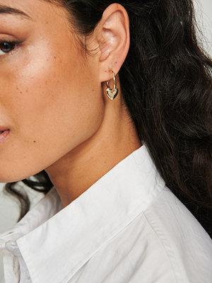 NA-KD Accessories smycke Återvunna hoops med hjärta guld