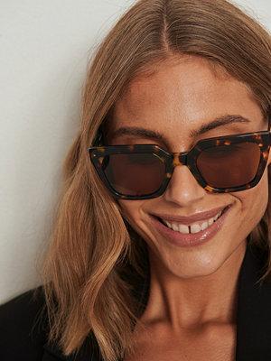NA-KD Accessories Solglasögon med fyrkantiga acetatbågar brun