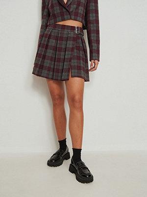 NA-KD Trend Veckad kjol burgundy