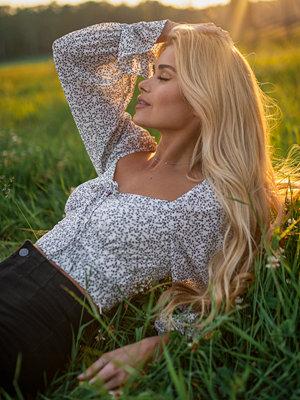 Pamela x NA-KD Reborn Återvunnen långärmad blus med knytdetalj multicolor