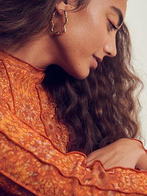 NA-KD Accessories smycke Återvunna vågiga hoopörhängen guld