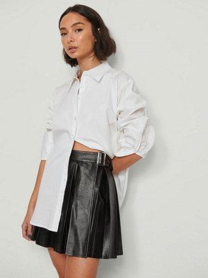 NA-KD Trend Veckad PU-kjol svart
