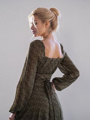 Pamela x NA-KD Reborn Återvunnen klänning med lång ärm och rysch multicolor