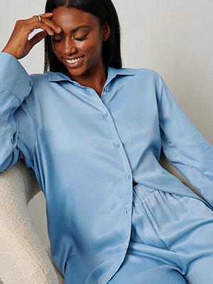 Emilie Malou x NA-KD Oversize satinskjorta blå