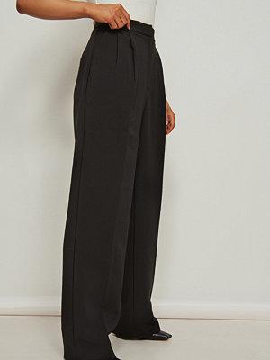 NA-KD Classic Återvunna kostymbyxor med hög midja och djupa pressveck svart