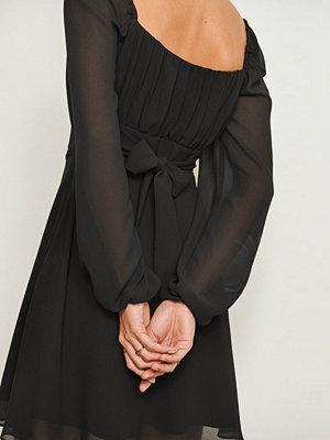 Pamela x NA-KD Reborn Återvunnen klänning med lång ärm och rysch svart