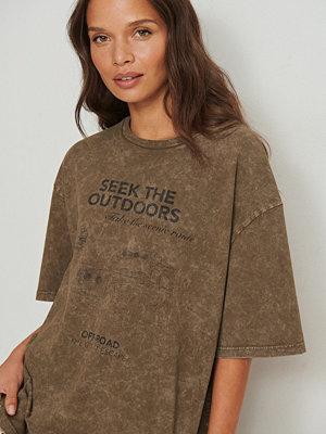 NA-KD Trend T-shirt med tryck brun