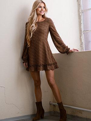Pamela x NA-KD Reborn Återvunnen klänning med långa ärmar och volangdetalj multicolor