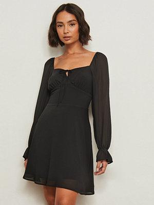 Pamela x NA-KD Reborn Återvunnen klänning med lång ärm och knytdetalj svart