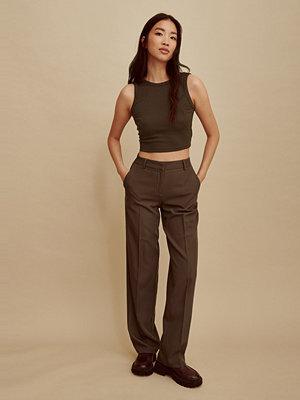 Amalie Star x NA-KD Recycled kostymbyxor med medelhög midja brun