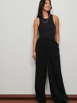 NA-KD Trend Återvunna veckade kostymbyxor med låg midja och vida ben svart