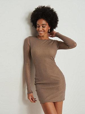 NA-KD Party Glittrig miniklänning med långa ärmar brun