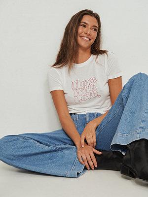 NA-KD T-shirt med Love tryck offvit