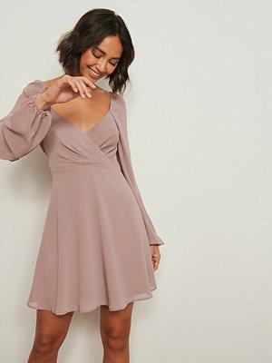 Pamela x NA-KD Reborn Återvunnen klänning med omlottdetalj rosa