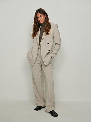 NA-KD Classic Återvunna kostymbyxor med hög midja och djupa pressveck beige