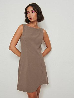 NA-KD Party Asymmetrisk miniklänning brun