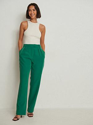 NA-KD Trend Återvunna kostymbyxor med veck och raka ben grön