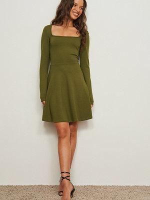 Pamela x NA-KD Reborn Klänning med fyrkantig halsringning grön