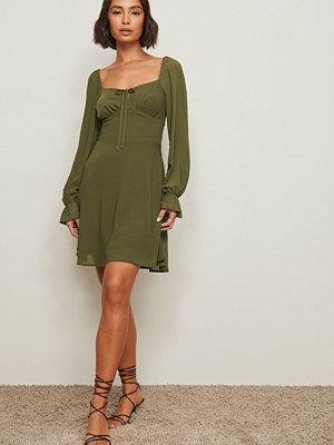 Pamela x NA-KD Reborn Återvunnen klänning med lång ärm och knytdetalj grön