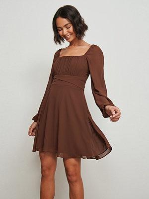 Pamela x NA-KD Reborn Återvunnen klänning med lång ärm och rysch brun