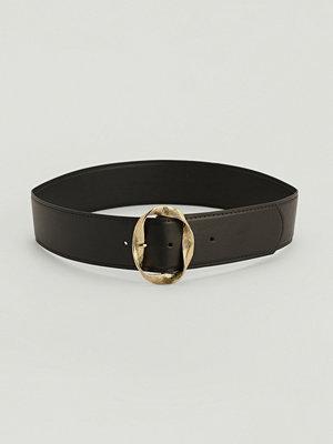 NA-KD Accessories Vågigt bälte med spänne svart