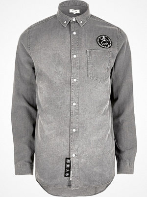 Skjortor - River Island Grey wash casual badge denim shirt