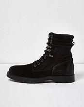 Boots & kängor - River Island Black suede combat boots