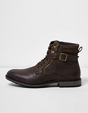 Boots & kängor - River Island Dark brown buckle lace up boots