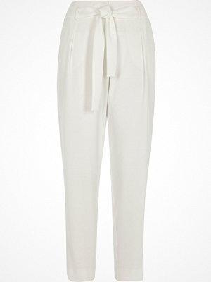 River Island vita byxor White tie waist tapered trousers