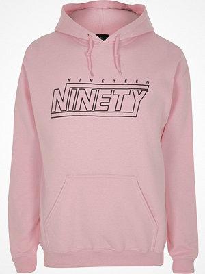 Street & luvtröjor - River Island Pink 'nineteen ninety' print hoodie