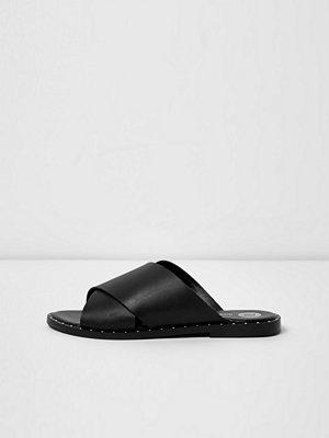 Sandaler & sandaletter - River Island Black leather cross strap studded mules