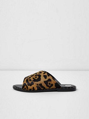 Sandaler & sandaletter - River Island Beige leopard print cross strap studded mules
