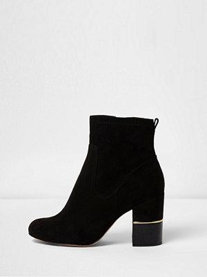 Boots & kängor - River Island Black block heel gold trim ankle boots