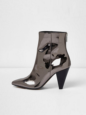 Boots & kängor - River Island Silver patent cone heel boots