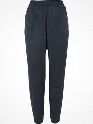 Byxor - River Island Navy satin tapered trousers